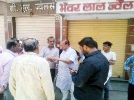 तेलीवाड़ा में सीवरेज समस्या से दुकानदारों से बातचीत करते डॉ. बी. डी. कल्ला।
