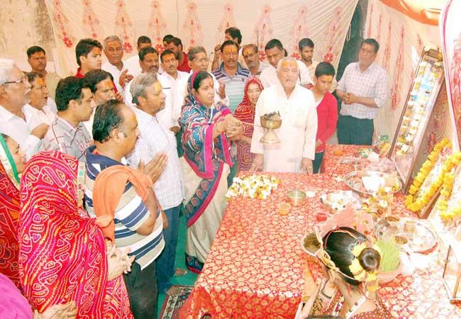 लक्ष्मीनाथ नवयुवक मंडल एवं राम रहीम सेवा समिति द्वारा आयोजित कन्या पूजन कार्यक्रम में महाआरती करते श्रद्धालु। फोटो : राजेश छगाणी