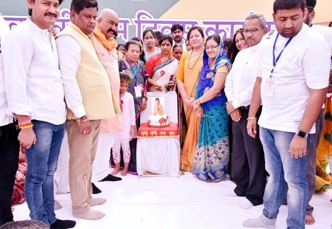 मुख्यमंत्री वसुंधरा राजे के जन्म दिवस की पूर्व संध्या पर आयोजित कार्यक्रम का शुभारंभ करते अतिथि।
