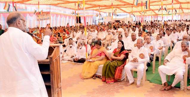 बीकानेर में गुरुवार को महावीर जयंती के अवसर पर आयोजित सभा को संबोधित करते वक्ता। फोटो : संजय बोड़ा