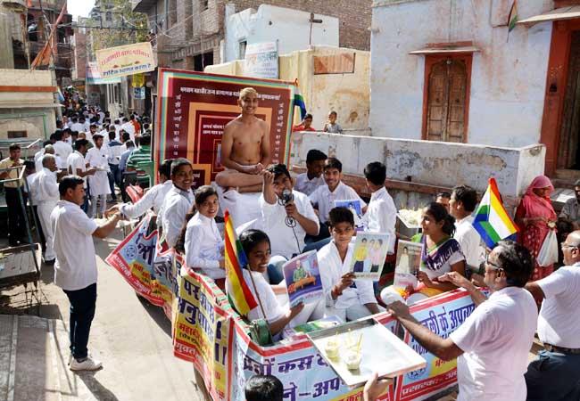 बीकानेर में महावीर जयंती पर गुरुवार को निकली शोभायात्रा का दृश्य। फोटो : संजय बोड़ा