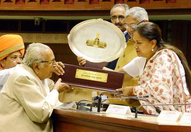 लूणकरनसर विधायक मानिकचंद सुराना को सम्मानित करतीं मुख्यमंत्री वसुंधरा राजे।
