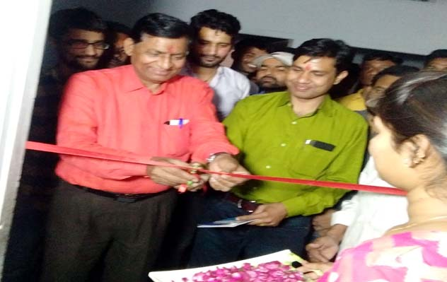 बीकानेर में परिष्कार की ऑनलाइन कक्षा का उद्घाटन करते संस्थान के संस्थापक डॉ. राघव प्रकाश।