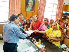 एस. पी. मेडिकल कॉलेज बीकानेर के प्राचार्य डॉ. आर. पी. अग्रवाल को ज्ञापन देतीं महिलाएं।