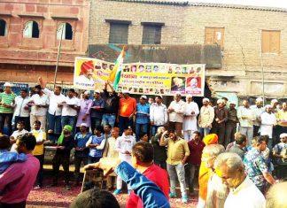 कसाई बारी के पास धर्मयात्रा का स्वागत करते मुस्लिम समुदाय के लोग। फोटो : संजय बोड़ा
