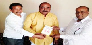 कांग्रेस नेता गोपाल गहलोत को श्रीपीपा जयंती समारोह का आमंत्रण पत्र देते आयोजक।