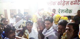 देशनोक में कांग्रेस प्रदेशाध्यक्ष सचिन पायलट का अभिनंदन करते कार्यकर्ता।