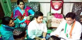 पूर्व महापौर भवानी शंकर शर्मा के निवास पर सोमवार को शोक संवेदना व्यक्त करते कांग्रेस प्रदेशाध्यक्ष सचिन पायलट।