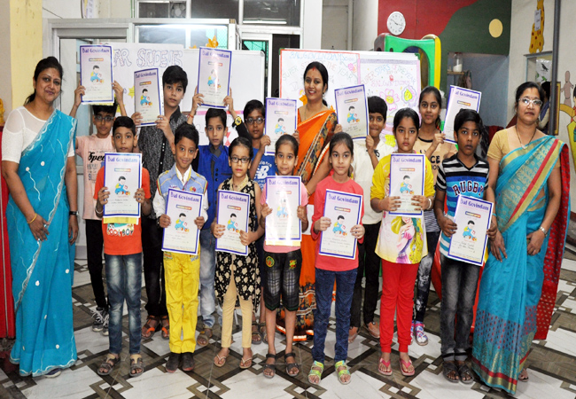 बीकानेर के एक निजी स्कूल में परीक्षा परिणाम पाकर खुशी मनाते विद्यार्थी।