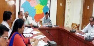 कलक्ट्रेट सभागार में बुधवार को बैठक को संबोधित करते कलक्टर अनिल गुप्ता।