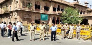 बंद के दौरान हालात बिगडऩे के बाद कलक्ट्रेट परिसर में तैनात संभागीय आयुक्त अनिल गुप्ता, पुलिस अधीक्षक सवाई सिंह गोदारा व अन्य अधिकारी।