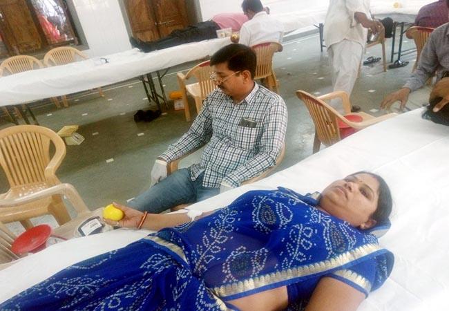 पीपा क्षत्रिय भवन में आयोजित शिविर में रक्तदान करतीं महिला।
