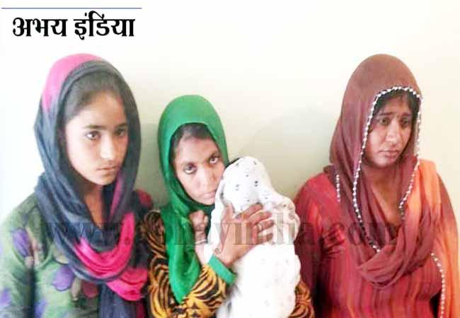 वारदात को अंजाम देने के बाद पकड़ी गई महिलाएं।