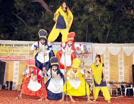 बीकानेर नगर स्थापना दिवस की पूर्व संध्या पर श्रीलक्ष्मीनाथजी मंदिर परिसर में सांस्कृतिक प्रस्तुति देते कलाकार।