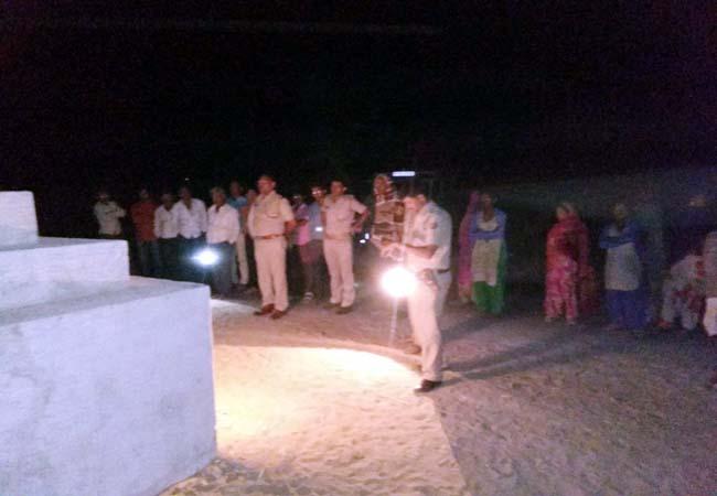 गांव बिरमसर में प्रतिमा खंडित होने के बाद घटनास्थल का जायजा लेते नोखा थानाप्रभारी मनोज शर्मा।