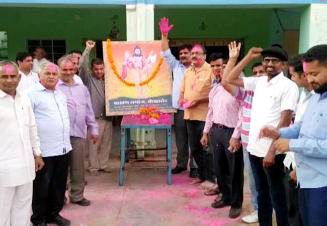 परशुराम जयंती पर सार्वजनिक अवकाश घोषित करने पर बीकानेर में खुशियां मनाते ब्राह्मण समाज के लोग।