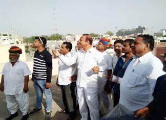 बीकानेर में पूर्व मंत्री वीरेन्द्र बेनीवाल कार्यकर्ताओं के साथ पतंगबाजी का लुत्फ उठाते हुए।
