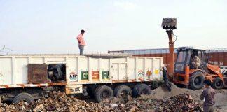 बीकानेर से सटते नाल क्षेत्र में अवैध मदिरा को नष्ट करते।