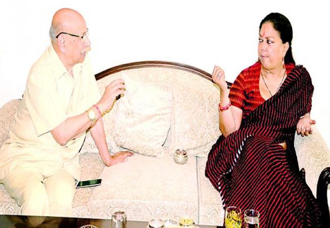 दैनिक नवज्योति के संपादक दीनबंधु चौधरी से उनके निवास पर चर्चा करतीं मुख्यमंत्री वसुंधरा राजे।