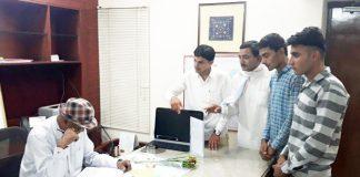 जिला कलक्टर डॉ. नवीन कुमार गुप्ता से मिलते वन्य जीव प्रेमी।