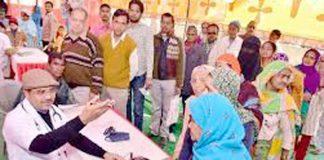 चिकित्सा शिविर में सेवाएं देते डॉ. अबरार अहमद पंवार। (फाइल फोटो)