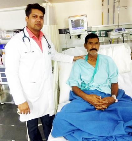 बीकानेर के फोर्टिस अस्पताल में इलाज के बाद रोगी रामलाल के साथ डॉ. रामेश्वर बिश्नोई।