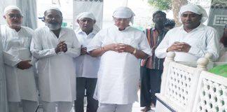 इमाम फरीदी साहब के मजार पर शोक व्यक्त करते पूर्व मंत्री डॉ. बी. डी. कल्ला, पूर्व मेयर हाजी मकसूद अहमद व अन्य।