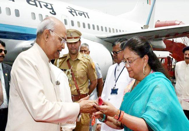 एयरपोर्ट पर राष्ट्रपति रामनाथ कोविंद का स्वागत करतीं मुख्यमंत्री वसुंधरा राजे।