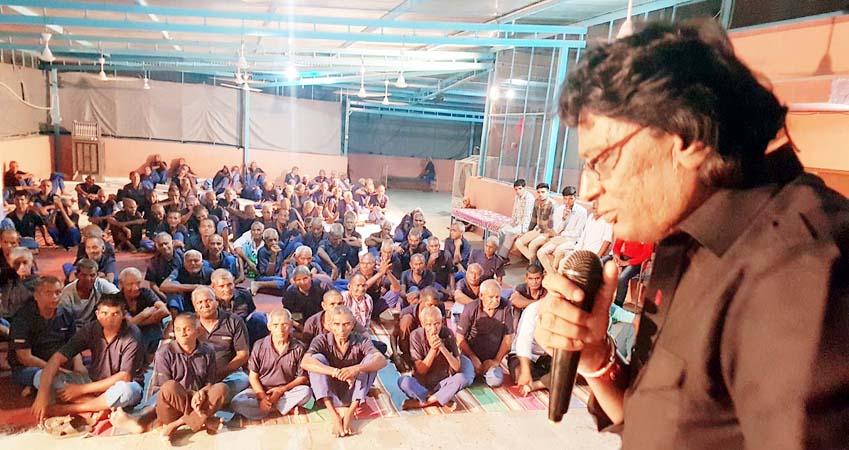 जयपुर रोड पर वृंदावन एनक्लेव स्थित आश्रम में आयोजित संगीत संध्या में प्रस्तुति देते गायक रतनदीप बिस्सा।
