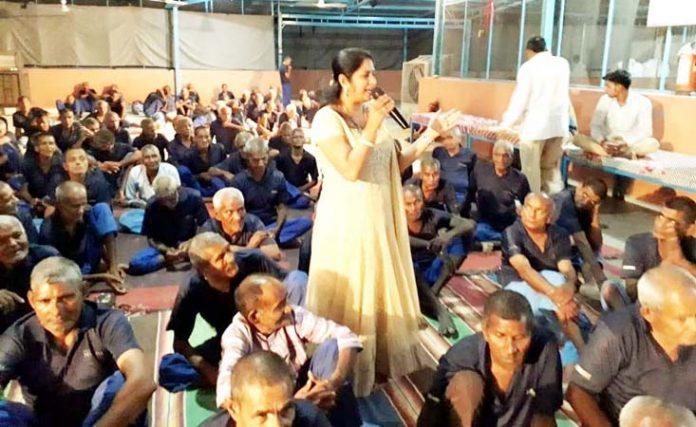 जयपुर रोड पर स्थित वृंदावन एनक्लेव के आश्रम में आयोजित संगीत संध्या में प्रस्तुति देतीं गायिका।