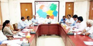 कलक्ट्रेट सभागार में मंगलवार को जिला स्तरीय समन्वय समिति (डीएलसीसी) की बैठक को संबोधित करते कलक्टर डॉ. एन. के. गुप्ता।