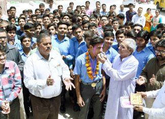 नालंदा स्कूल के होनहार छात्र पवन का अभिनंदन करते अतिथि।