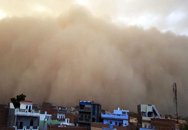 सोमवार शाम करीब सात बजे बीकानेर में आए धूल भरे बवंडर का दृश्य।