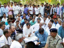 सुशील सुथार मृत्यु मामले में पीबीएम अस्पताल के मॉर्चरी के आगे धरने पर बैठे लोग।
