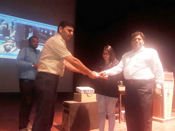 ई-सखी योजना के अन्तर्गत आयोजित कार्यक्रम में रेस कम्प्यूटर ऐज्यूकेशन के निदेशक फूलचन्द बांठिया को सम्मानित करते अतिथि।