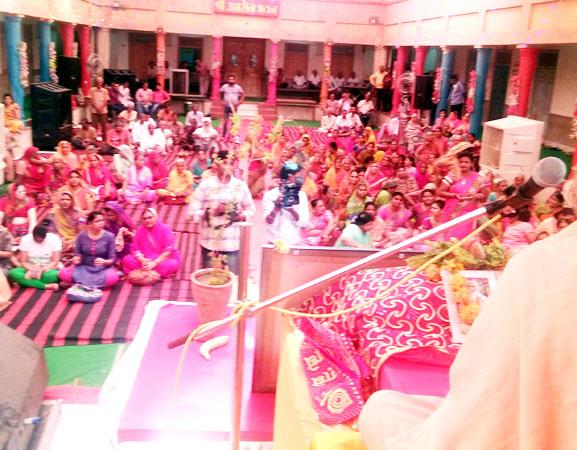 श्रीअग्रसेन भवन में आयोजित श्रीमद् भागवत कथा यज्ञ में कथावाचन करते स्वामी चित्प्रकाशानंद गिरी महाराज।