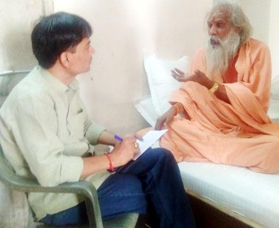 विश्व हिन्दू परिषद के मार्गदर्शक मंडल के सदस्य स्वामी चित्प्रकाशांनद गिरी महाराज से बातचीत करते अभय इंडिया के संपादक सुरेश बोड़ा।