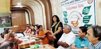 श्री दिव्य आयु हैल्थ ट्रस्ट की कार्यकारिणी की वार्षिक बैठक को संबोधित करतीं नाड़ी वैद्या डॉ. प्रीति गुप्ता।