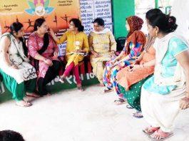 शिविर में चिकित्सा परामर्श देतीं नाड़ी वैद्या डॉ. प्रीति गुप्ता।