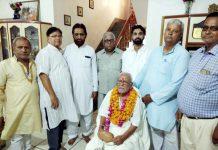 स्वतंत्रता सेनानी हीरालाल शर्मा के पवनपुरी स्थित निवास पर उनका सम्मान करते आजाद परिवार के सदस्य।