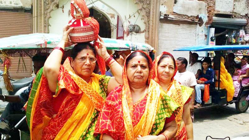 मथुरा में निकली यात्रा में शामिल बीकानेर की महिला श्रद्धालु।
