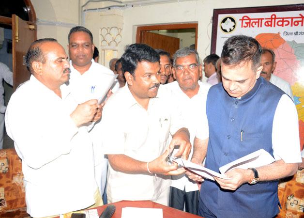बीकानेर के कलक्ट्रेट सभागार में राजस्व मंडल के अध्यक्ष वी. श्रीनिवास को ज्ञापन देते हुए राजस्थान कानूनगो संघ के जिलाध्यक्ष शिवप्रसाद गौड़।