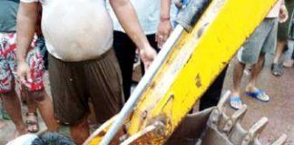 बीकानेर में सुथारों की बड़ी गुवाड़ उस्ता बारी के बाहर नाले में गिरी गाय को निकालने के लिए मशक्कत करते लोग। फोटो : संजय बोड़ा