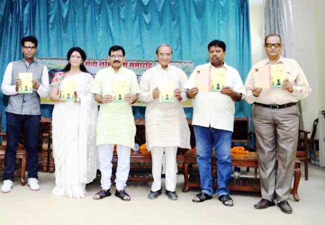 कथाकार कवयित्री डॉ. संजू श्रीमाली के सद्य प्रकाशित संग्रह 'हलक तर हाइकु' का लोकार्पण करते अतिथि।