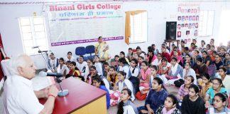 बिनानी कन्या कॉलेज में छात्राओं को संबोधित करते सचिव गौरीशंकर व्यास।