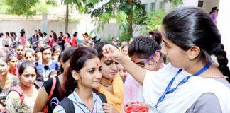 बिनानी कन्या कॉलेज में फ्रेशर्स का गर्मजोशी से अभिनंदन करतीं सीनियर्स
