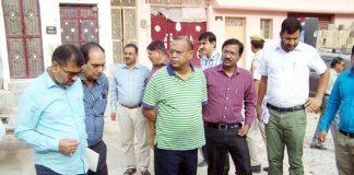 बीकानेर में बुधवार को सिटी राउंड के दौरान सफाई व्यवस्था का जायजा लेते कलक्टर डॉ. एन. के. गुप्ता।