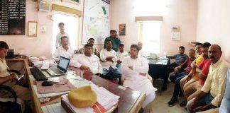 बीकानेर में शुक्रवार को सीएम को काले झंडे दिखाने के बाद गिरफ्तार किए गए कांग्रेस नेता व्यास कॉलोनी पुलिस थाने में।