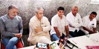 बीकानेर के नृसिंह गार्डन में सोमवार को प्रेस कांफ्रेंस में अपनी बात रखते प्रदेश कांग्रेस सदस्य डॉ. राजू व्यास, पास में हैं कांग्रेस नेता राजकुमार किराड़ू, कौशल दुग्गड़, सुरेन्द्र व्यास, एडवोकेट गोपाल पुरोहित।