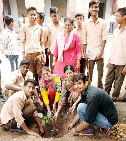बीकानेर के फोर्र्ट स्कूल परिसर में पौधारोपण करते पर्यावरणप्रेमी।